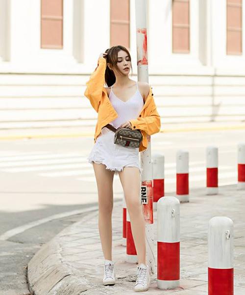 Lợi thế chân dài như người mẫu được MLee khoe hết cỡ với quần siêu ngắn.