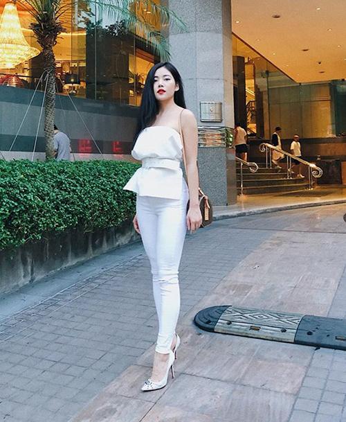 Milan Phạm đi du lịch Bangkok nhưng vẫn lên cả cây đồ trắng, đi giày gót nhọn sang chảnh.