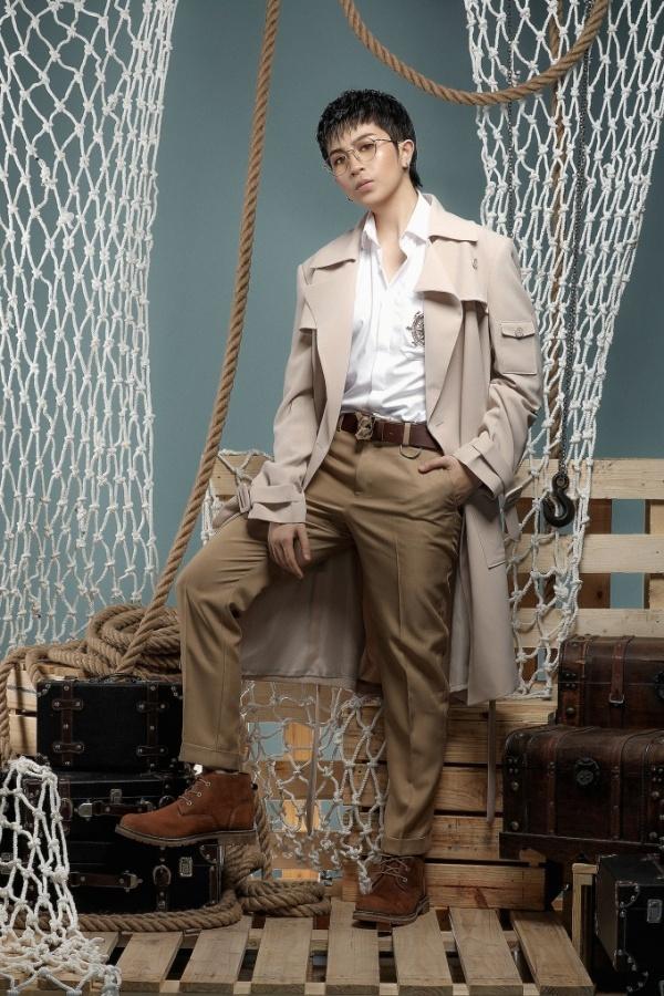 <p> Nhờ phom dáng mạnh mẽ cùng sự phá cách trong việc lựa chọn họa tiết khiến tổng thể trang phục trở nên hiện đại, trẻ trung.</p>