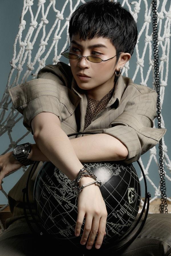 """<p> Không cần quá nhiều phụ kiện, Gil Lê vẫn khiến fan """"tan chảy"""" trong bộ trang phục đúng chuẩn phong cách menswear.</p>"""