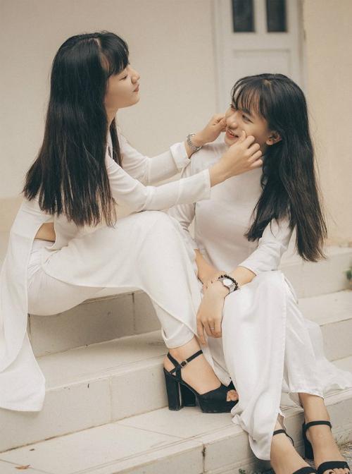 Chia sẻ với iOne, Kim Linh (người em gái trong bộ hình) cho hay hai chị em muốn lưu giữ kỷ niệm về thời học sinh, 12 năm cắp sách tới trường nên đã lên ý tưởng chụp bộ ảnh này.