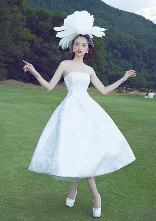 Sau khi đăng quang Hoa hậu chuyển giới quốc tế, Hương Giang theo đuổi phong cách kiêu sa, sang trọng. Cô thường xuyên diện những bộ váy dáng xòe bồng như quý tộc, hoặc các kiểu đầm dài tha thướt bay bổng. Để phù hợp với kiểu trang phục này, người đẹp cũng có công thức tạo dáng cộp mác cá nhân.