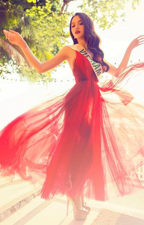 Từ thời điểm thi Hoa hậu chuyển giới quốc tế 2017, Hương Giang đã tích cực áp dụng công thức pose hình đặc biệt này.