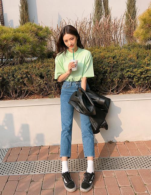 Dù quần vải đang là xu thế nhưng quần jeans vẫn được xem là món đồ bất hủ trong tủ đồ của các cô gái. Tuy nhiên quần skinny quá bó gây cảm giác không thoải mái, quần boyfriend thì quá rộng dễ dìm vóc dáng, vì thế quần ống đứng đang được nhiều nàng tìm đến trong năm nay.