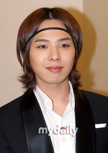 Mái tóc theo phong cách hiền lành, lãng tử của G-Dragon khiến cộng đồng V.I.P dành nguyên một ngày chỉ để... cười.