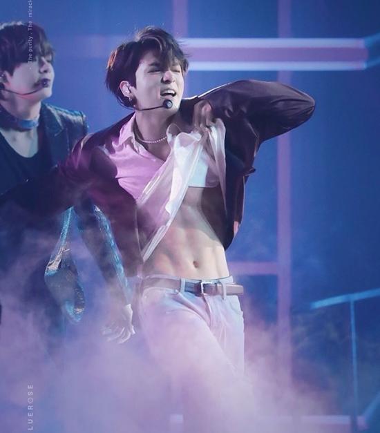 Màn vén áo của Jung Kook ở lễ trao giải Billboard trở nên nổi tiếng toàn thế giới. Em út của BTS nổi tiếng vì khuôn mặt học sinh, thân hình phụ huynh.