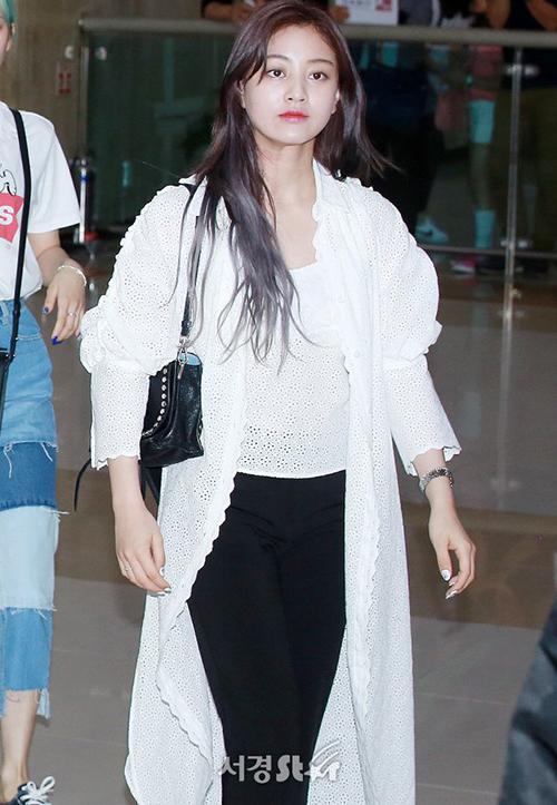 Twice liên tục bay giữa Hàn - Nhật vì lịch trình. Áo khoác dài mỏng phù hợp để Ji Hyo giữ ấm khi bay chuyến đêm.