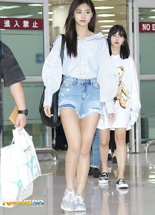 Tzuyu khoe chân với quần short rách tả tơi. Dù không trang điểm nhiều, em út của Twice vẫn xinh đẹp.