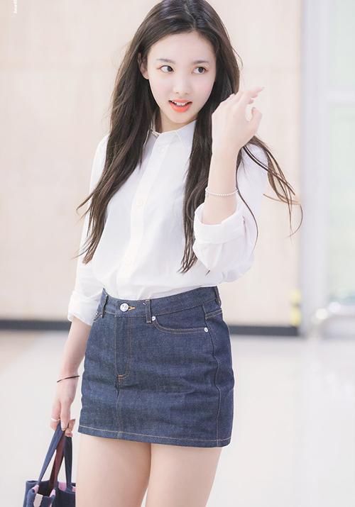 Na Yeon có hình tượng giống nữ thần trường đại học với set đồ gồm sơ mi trắng, chân váy denim.