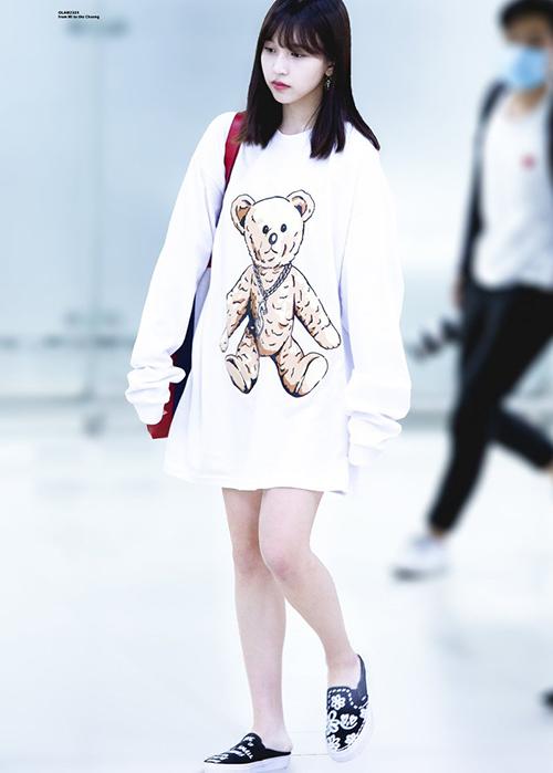 Mina vừa có nét đáng yêu vùa gợi cảm khi chọn mốt giấu quần.