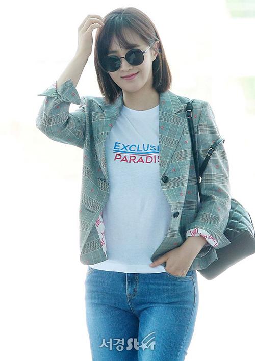 Sau nhiều lần bị chê chọn đồ rườm rà, Yuri đã ghi điểm trở lại với áo phông, blazer kẻ thanh lịch.