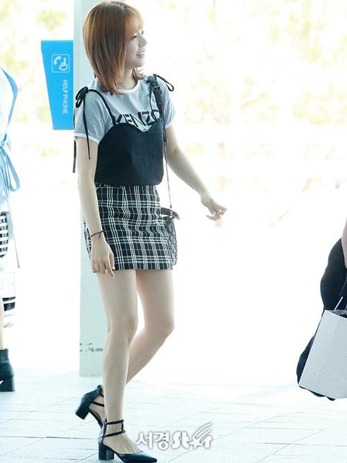 SNSD cùng đến Pháp để quay show thực tế mới. Sunny đã giảm cân thành công, khoe đôi chân thương hiệu với chân váy caro.