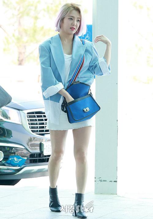 Hyo Yeon hợp với tông mùa xanh dương. Nữ ca sĩ trung thành với màu tóc vàng nổi bật, highlight với tông tím.