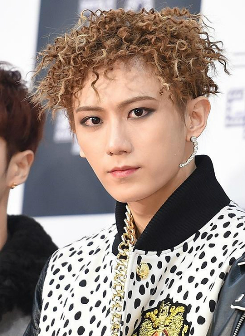 Hyun Seung từng có kiểu tóc mỳ tôm để đời.