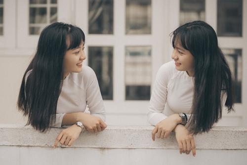 Cả hai là học sinh lớp 12 trường THPT Nguyễn Bỉnh Khiêm, Bà Rịa. Trong ảnh, cặp song sinh tạo hình đơn giản trong tà áo dài trắng tái hiện lại những khoảnh khắc đẹp dưới mái trường thân thương.
