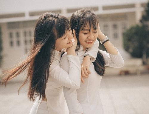 Kim Linh chia sẻ có chị gái sinh đôi rất vui vì mọi buồn vui, tâm sự đều có người chia sẻ và thấu hiểu cùng. Hai chị em cũng thường xuyên đi ăn vặt cùng nhau mỗi chiều tan học. Cả hai sẽ cùng nhau làm hòa khi cãi vã. Hai nữ sinh cũng chia sẻ sẽ theo ngành dược giống ba trong tương lai.