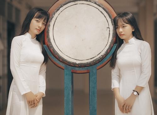 Sau này, mỗi chị em sẽ có hướng đi riêng nên cả hai muốn có những kỷ niệm chung khi còn tới trường với nhau. Mình rất vui khi được nhiều người khen bộ ảnh này, Kim Linh nói.
