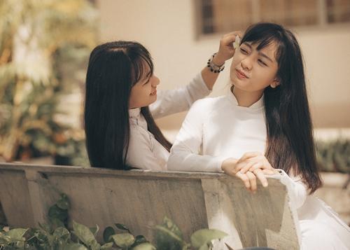 Trần Thị Kim Linh và Trần Thị Kim Nhật (sinh năm 2000) là hai chị em sinh đôi, sống tại thành phố Bà Rịa, tỉnh Bà Rịa Vũng Tàu mới đây là hai gương mặt gây chú ý trong bộ ảnh chia xa mái trường.