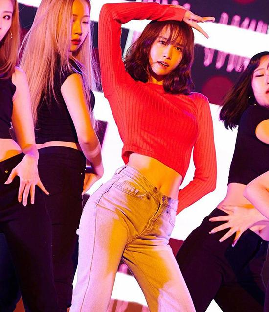 Yoon Ah mới tổ chức một buổi fanmeeting và trình diễn phần vũ đạo nóng bỏng. Đã một thời gian dài các SONE mới được gặp lại cơ bụng của mỹ nhân nhà SM.