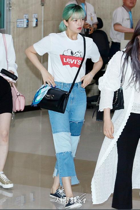 Quần jean chấp vá trở thành một item lạ, tạo điểm nhấn cho set đồ sân bay của Jeong Yeon.