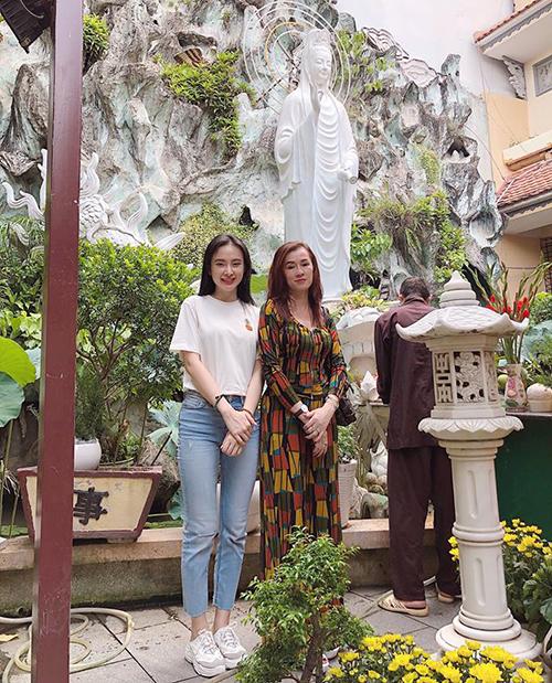 Angela Phương Trinh và mẹ trông chẳng khác gì hai chị em.