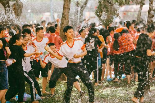 Teen Kon Tum hết mình với đại chiến bóng nước - 2