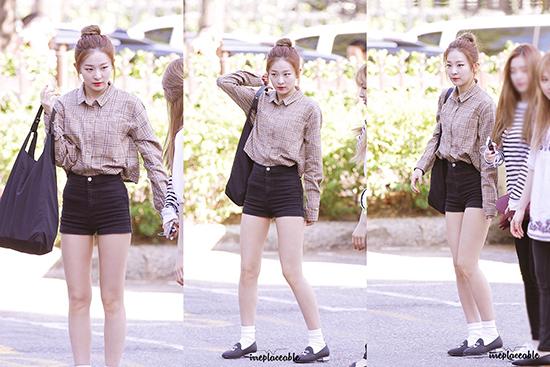 Tỉ lệ cơ thể chuẩn giúp Seul Gi đi giày bệt vẫn đẹp.