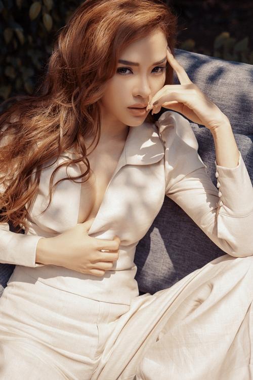 Phương Trinh Jolie đánh dấu sự trưởng thành khi thực hiện bộ ảnh mới với phong cách menswear. Không cần hở quá bạo, cô vẫn có thể khoe được những đường nét gợi cảm trên cơ thể.
