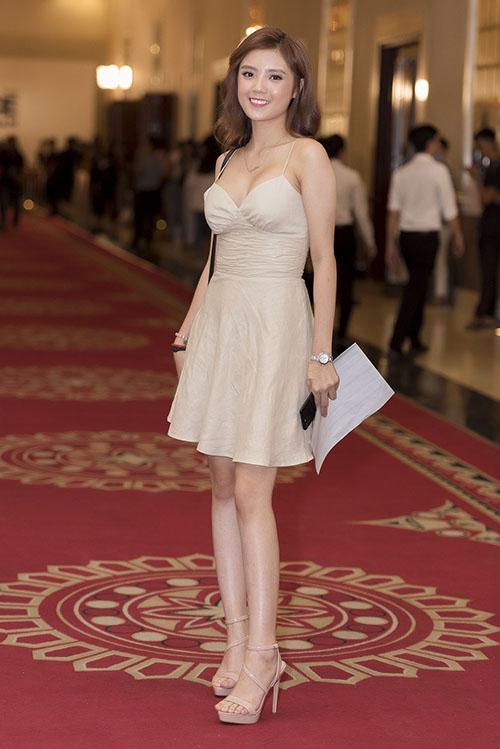 Hot girl Lâm Á Hân gây chú ý khi diện một chiếc váy dự tiệc khá điệu. Số đo chiều cao của cô trong bản đăng ký là 1,65 m.