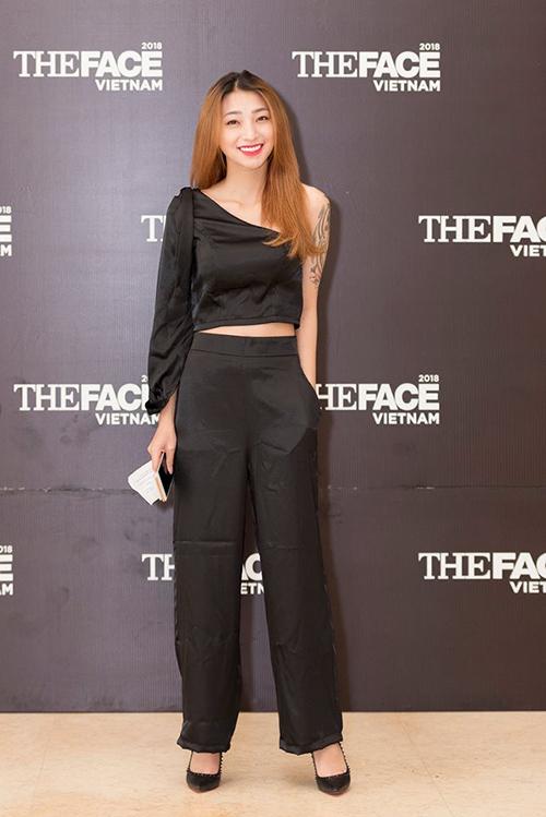 Giống như Vietnams Next Top Model, ở The Face các thí sinh cũng được yêu cầu trang điểm nhẹ, đi giày 12-15 cm để thực hiện phần thi catwalk, tuy nhiên không phải cô gái nào cũng tuân thủ quy định.