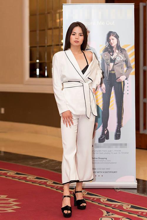 Cao Hoàng Yến là học trò của siêu mẫu Võ Hoàng Yến. Người đẹp cũng không còn xa lạ với các chương trình thời trang.