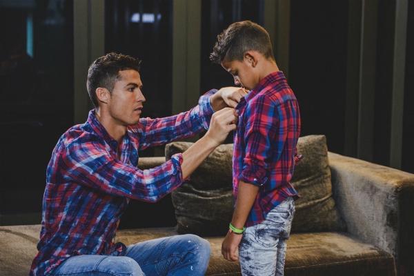 CR7 chăm sóc chu đáo cho con trai nhỏ.