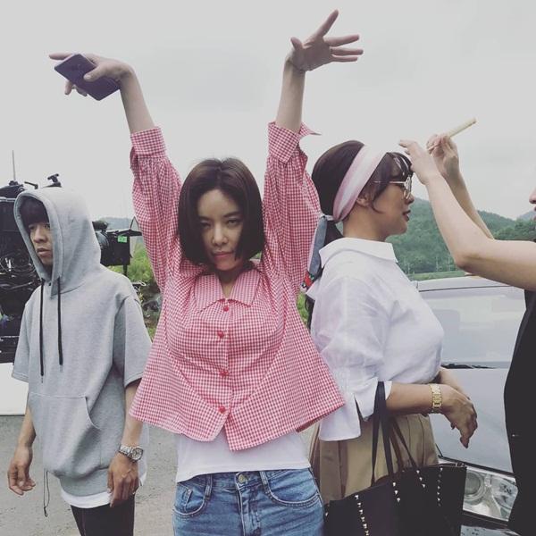 Hwang Jung Eum liên tục tung ảnh tạo dáng múa may chọc cười trên trường quay.