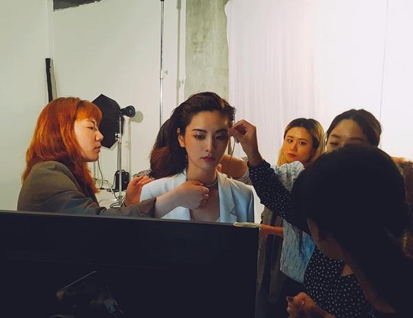 Nana thể hiện thần thái lạnh lùng, sắc sảo với kiểu makeup đậm, tạo hình sang chảnh.