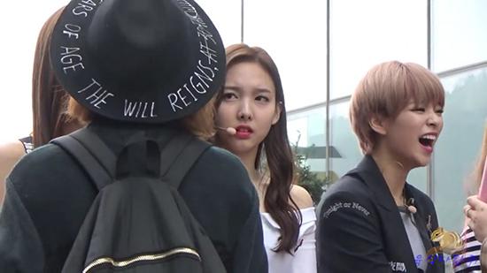 Cô nàng khó chịu khi thấy fan bắt tay Tzuyu.