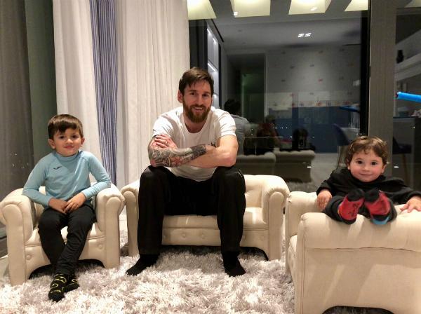 Messi và hai cậu con trai đầu lòng.