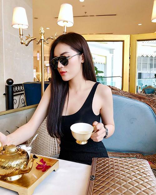 Kỳ Duyên diện đồ giản dị vẫn sang chảnh khi đi uống trà chiều.
