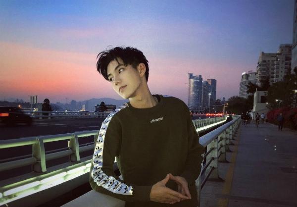 Không những giỏi vật lý, chàng trai 23 tuổi còn phát triển sự nghiệp người mẫu ảnh, tham gia vài chương trình truyền hình như Nhất trạm đáo để.