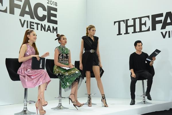 Nữ siêu mẫu đình đám diện bộ trang phục đen, khoe đôi chân dài nổi tiếng.