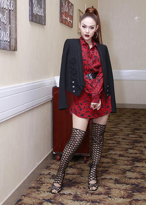Vốn lép vế chiều cao so với hai HLV còn lại nên Minh Hằng tạo sự nổi bật bằng trang phục đỏ rực, kết hợp cùng lối trang điểm sắc sảo. Tuy nhiên có thể vì mê làm quá mà bộ đồ của Minh Hằng có phần rối rắm. Chiếc áo Saint Laurent vốn đã bắt mắt lại được cô mix cùng boots lưới cao quá lưới, khiến đôi chân trông càng ngắn hơn.