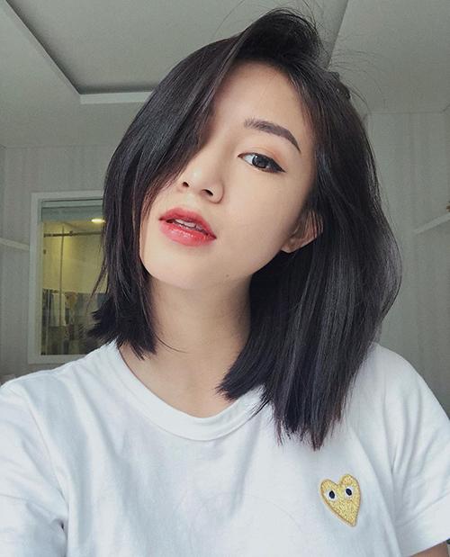 Sa Lim đi theo xu hướng tóc tối màu giống Bella Hadid và Kendall Jenner. Kiểu tóc suông nhẹ nhưng vẫn có độ bồng giúp hot girl trông rất tươi trẻ.