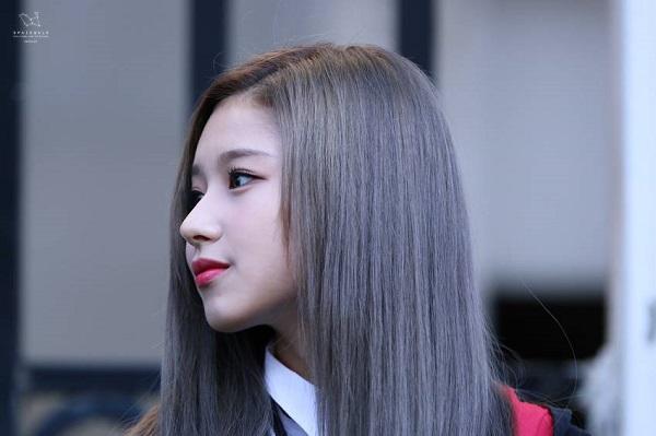 Chiếc mũi cao tự nhiên giúp Sana có được những bức hình góc nghiêng thần thánh. Chiếc mũi của cô nàng thường xuyên được báo chí ưu ái giật tít bằng cụm từ: chiếc mũi cực phẩm.