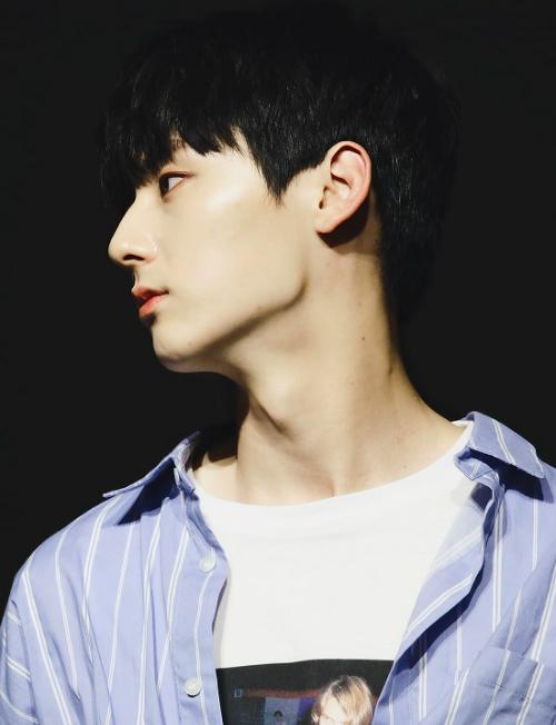 Chiếc mũi cao, thẳng, thon gọn góp phần giúp Min Hyun (Wanna One) sở hữu cả loạt ảnh góc nghiêng xuất thần.