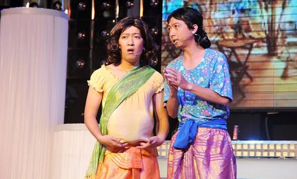Hứa Minh Đạt - Trường Giang diễn xuất chung trên sân khấu.