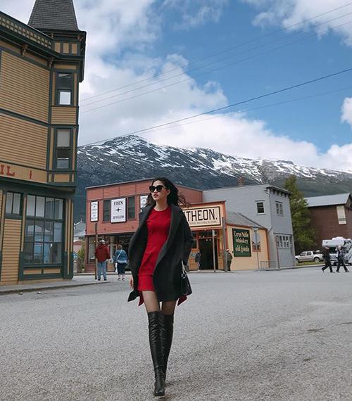 Á hậu Ngô Thanh Thanh Tú sang chảnh trên đường phố Alaska, Mỹ quanh năm giá rét.