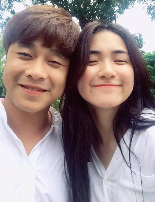 Hòa Minzy và người yêu doanh nhân diện sơ mi trắng đôi, selfie nhí nhố.