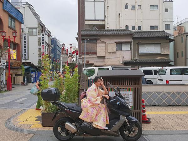 Quỳnh Châu diện kimono siêu điệu nhưng lại ngồi xe phân khối lớn cực ngầu.