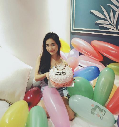 Hòa Minzy hạnh phúc đón sinh nhật.