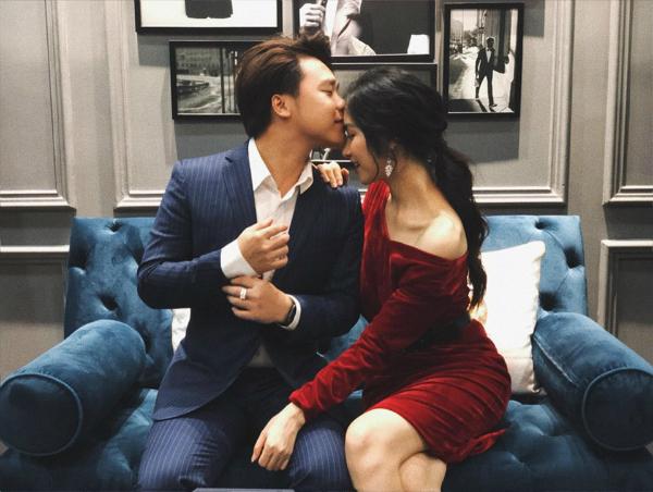 Bạn trai doanh nhân đăng ảnh hôn Hòa Minzy.