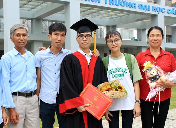 Bức ảnh chụp cả gia đình Hồng Tươi trong ngày tốt nghiệp của người con trai giữa.